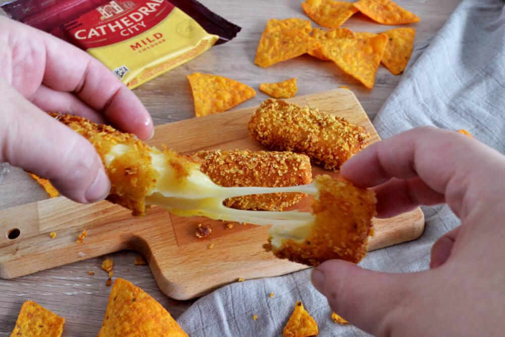 Cheddar frito rebozado con doritos