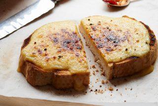 Tostada con Salsa de Queso, Mostaza y Mermelada